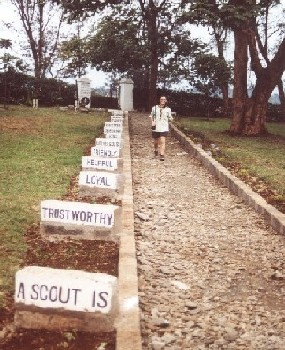 """A scout is: ..."" - Eingang zum Friedhof in Nyeri"